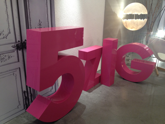 Die machen sich gut.. Grosse 3D Buchstaben in den Ausstellungsräumen von intraform zum 50 jährigen Bestehen des klasse Berner Einrichters.