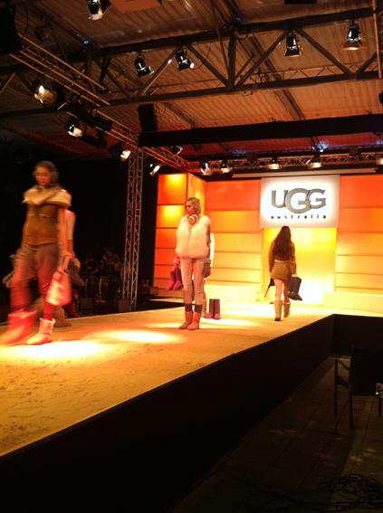 Ausgedacht und gebaut für die UGG Fashionshow haben wir die Bühnenkulisse und den Catwalk mit Sand / Agentur Zone B & nuance