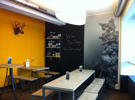"""Innenraumgestaltung im neuen """"Wanderer"""" Bistro. Schieferlackwand mit Weinregal, S/W-Bild auf Alu und textile Deckenleuchten. Für Grafikraum & Eventmakers"""