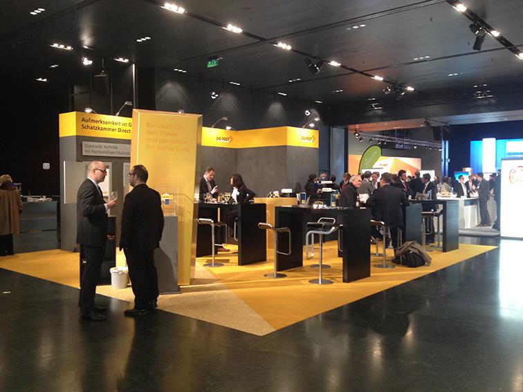 Aufmerksamkeit ist Gold wert! Standbau Die Post am Swiss Marketing Tag im KKL Luzern. Inklusive überdimensionierter Goldbarren. Standdesign, Produktion und Montage durch PURE.